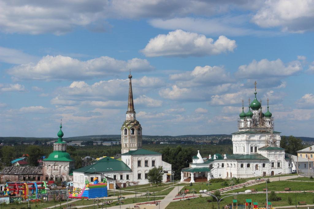 Храмовый комплекс в центре Соликамска. Справа - Свято-Троицкий собор