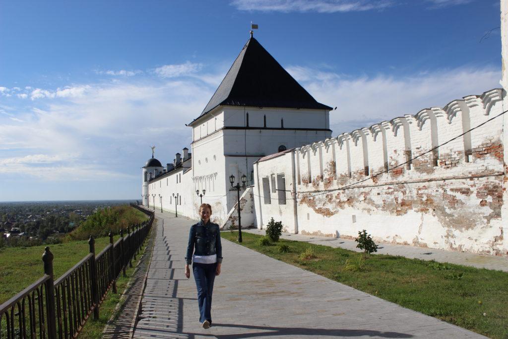 На смотровой дорожке вдоль кремлевских стен