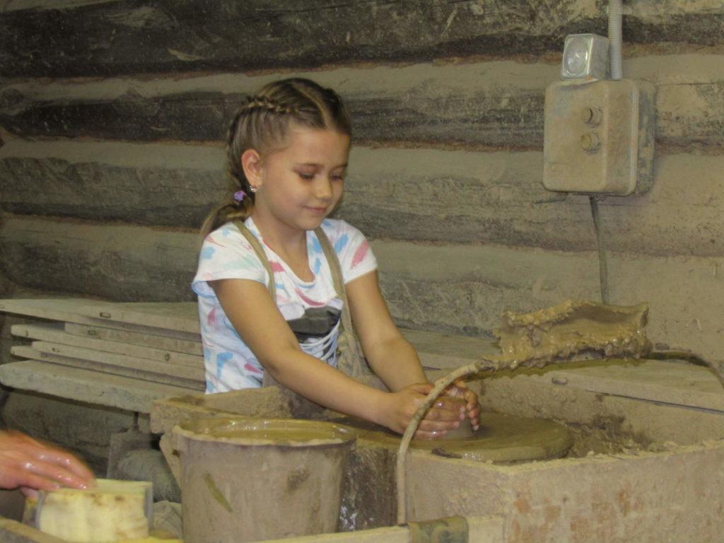 На мастер-классе в гончарной мастерской Масликовых