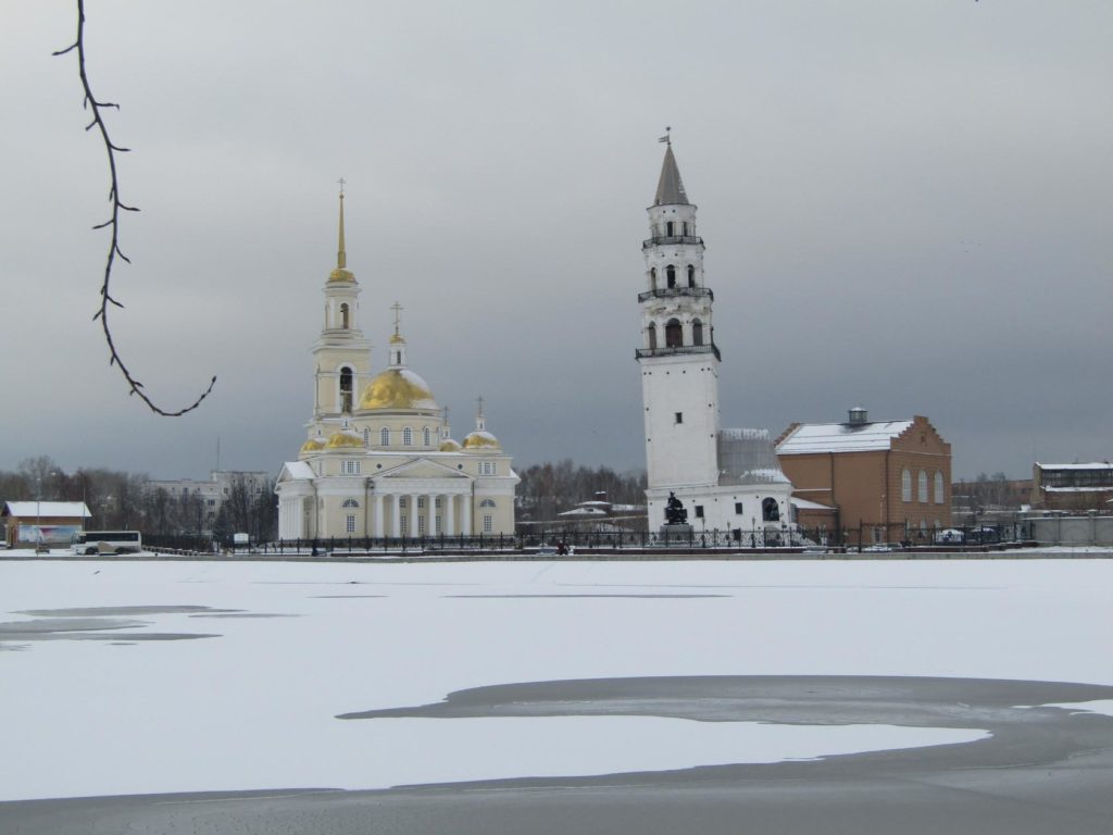 Невьянская башни и собор поздней осенью