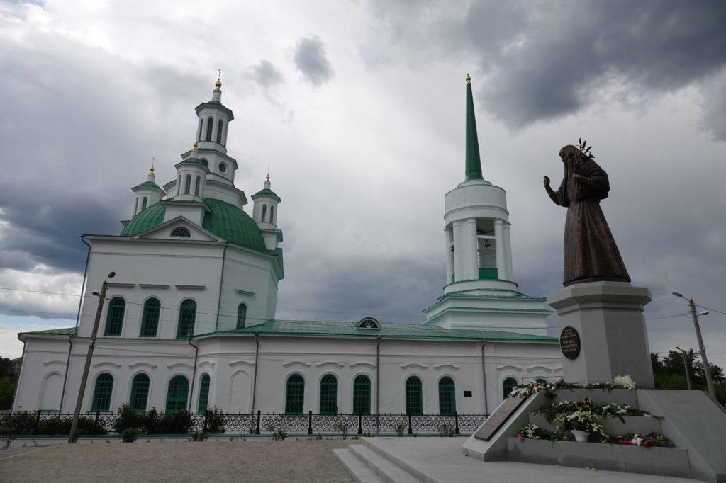 Памятник великой княгине Елизавете Федоровне у Свято-Троицкого храма