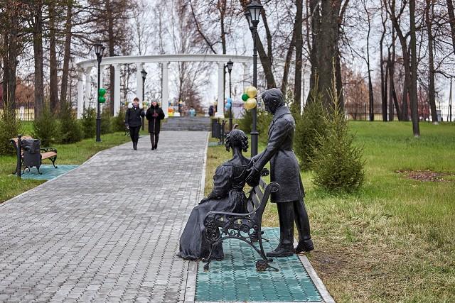 Скульптура и колонада в парке Декабристов. Фото Андрея Котова