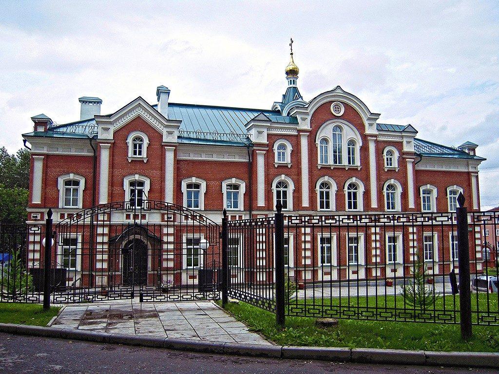 Современный монастырский корпус с храмом Иоанна Богослова