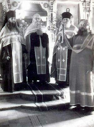 Второй слева — отец Зосима, первый слева — отец Геронтий (с 1923 г. игумен обители)