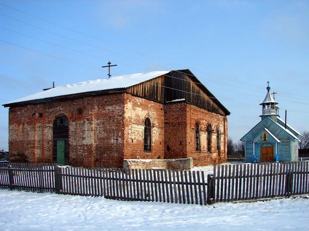 На первом плане старинный храм во имя Преображения Господня, да дальнем - храм в честь апостола Андрея Первозванного