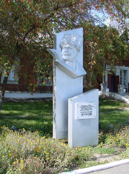 Памятник Г. К. Жукову у Туринского вокзала. Жуков не раз бывал в Туринске в качестве депутата Верховного Совета от Ирбитского округа