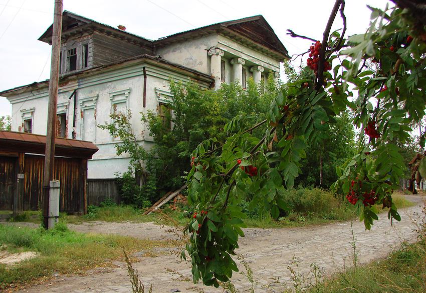 Дом податного инспектора И. П. Хомченко (1870 год) один из интересных образцов жилого дома XIX века (классицизм)