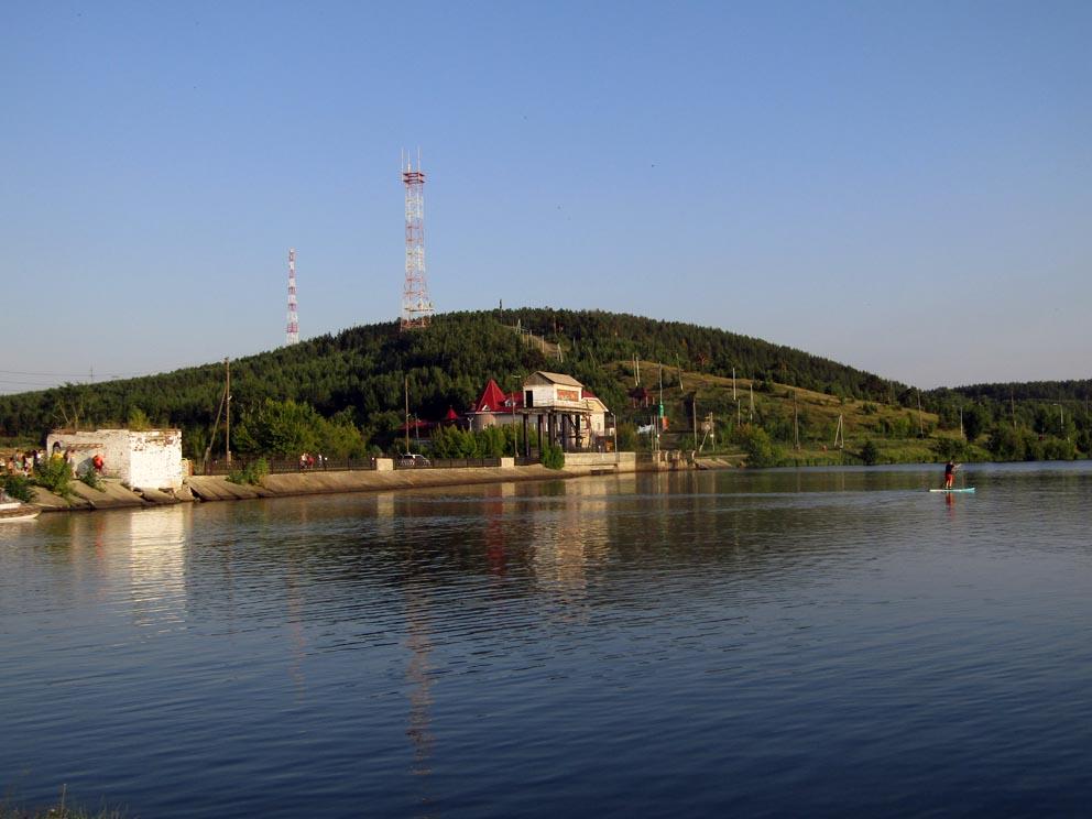 Сысертский пруд и плотина с видом на гору Бессонову