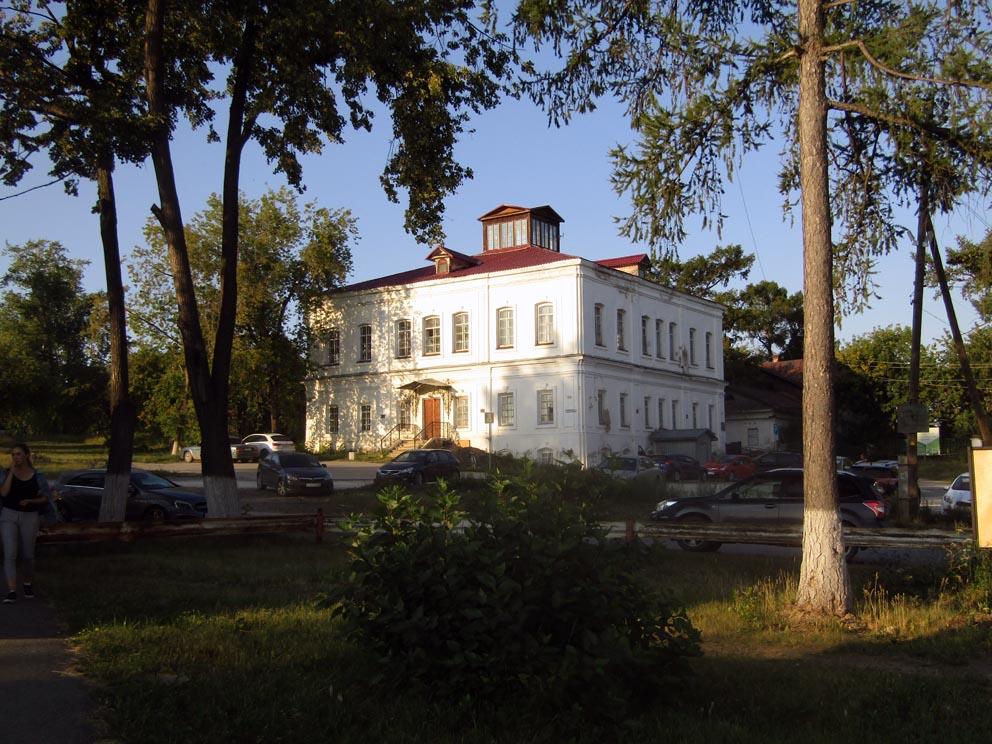 Заводоуправление старых Сысертских заводом, ныне краеведческий музей