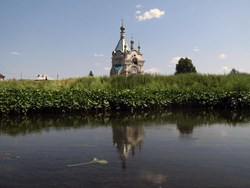 Покровский храм с противоположного берега Чусовой. Фото Алексея Рычкова