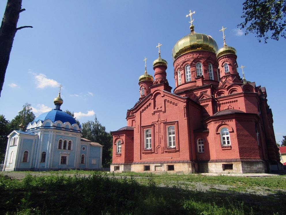 Справа Вознесенский храм, слева - Скорбященская церковь. Фото Алексея Рычкова