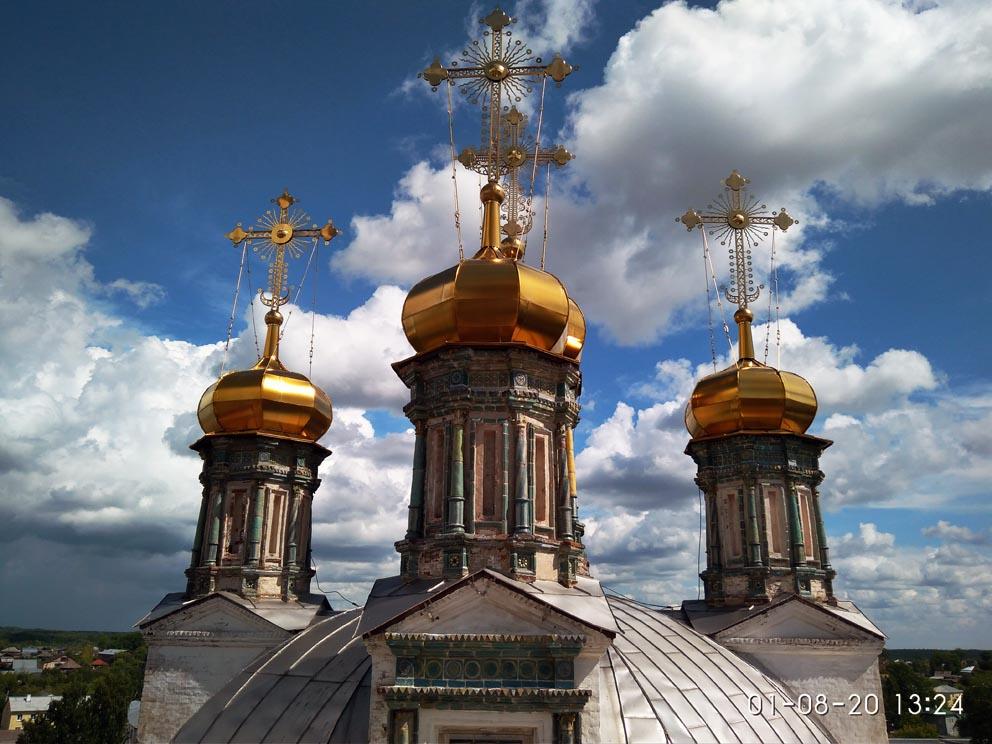 Купола Троицкого собора с колокольни, на которую в наши дни может подняться любой желающий