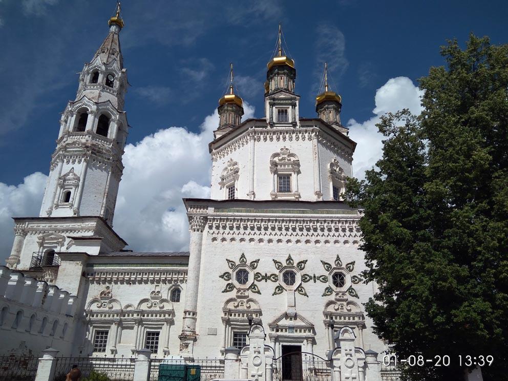 Свято-Троицкий собор у входа в Верхотурский кремль