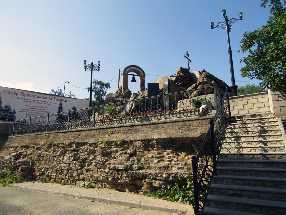 Мемориал на руинах старого Преображенского храма в Серове