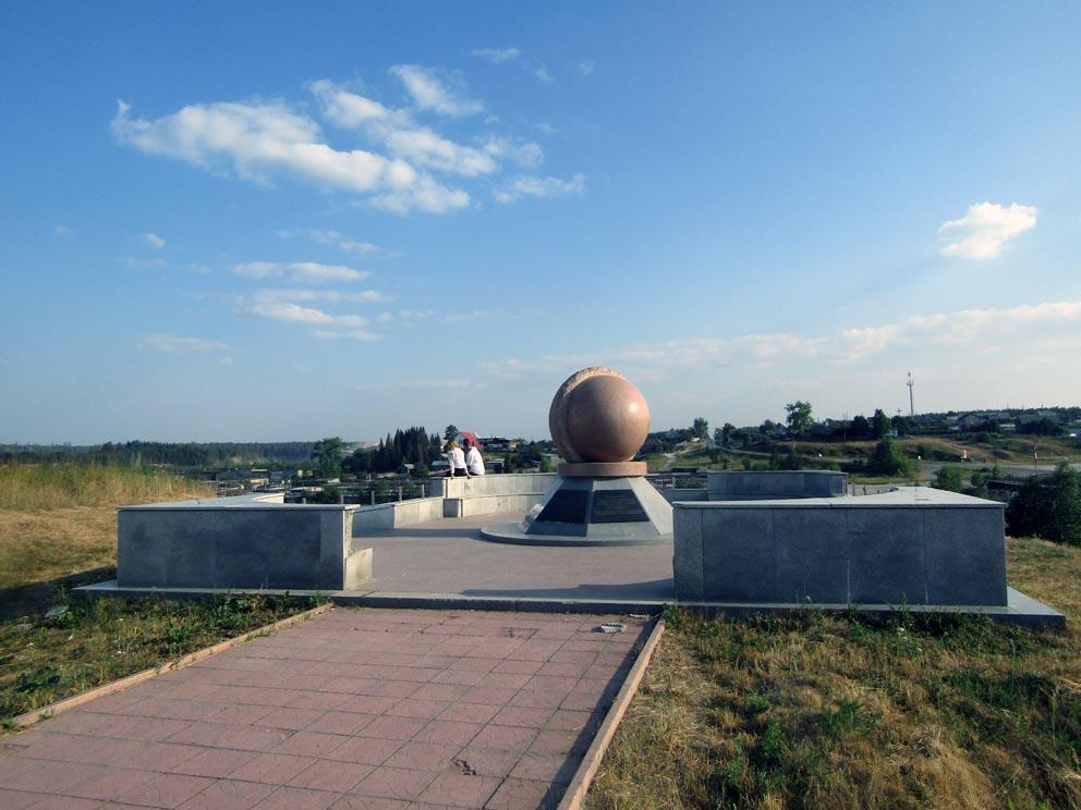 Рядом с Петропавловским храмом установлен памятник в честь основания города Североуральска