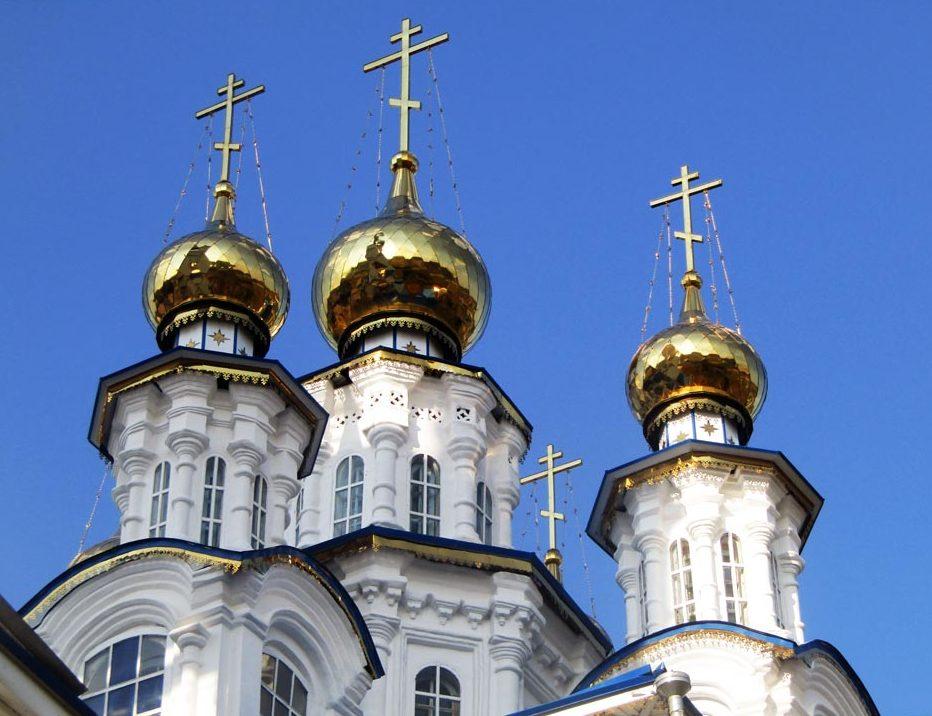 Купола Петропавловского храма в Североуральске