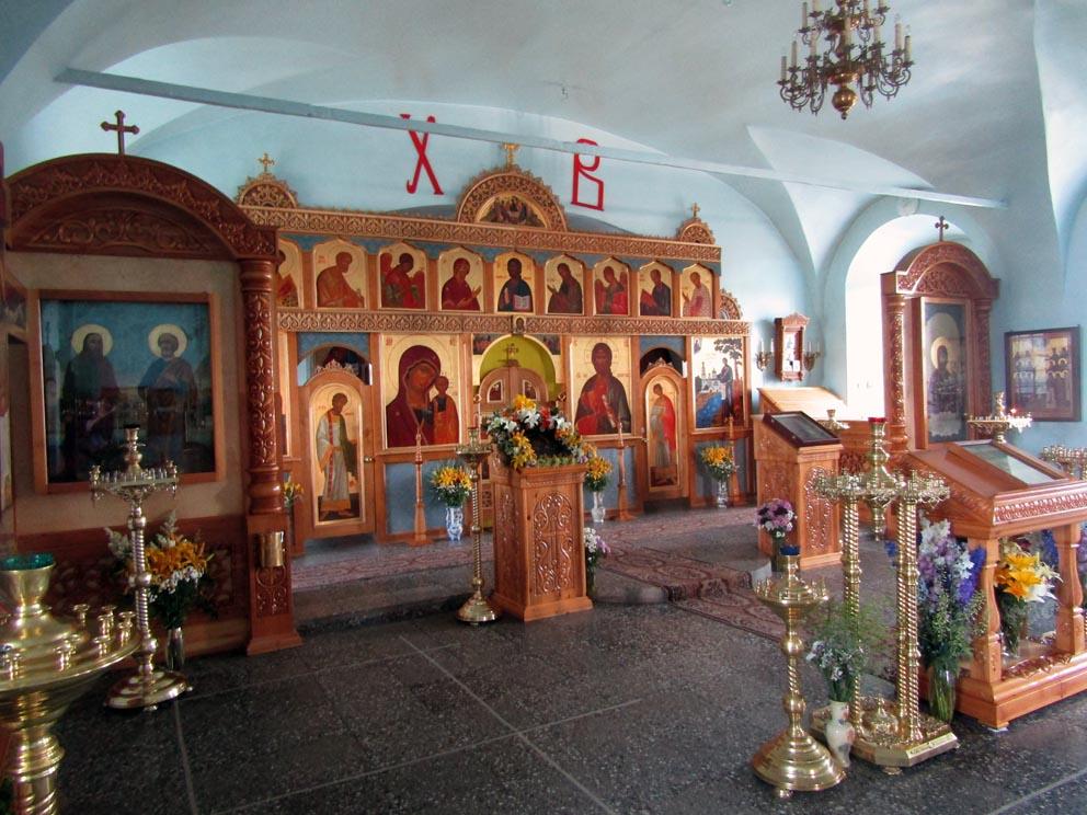 Иконостас нижнего храма. Слева - чудотворная икона апостолов Петра и Павла, справа - особо почитаемая икона Богородицы