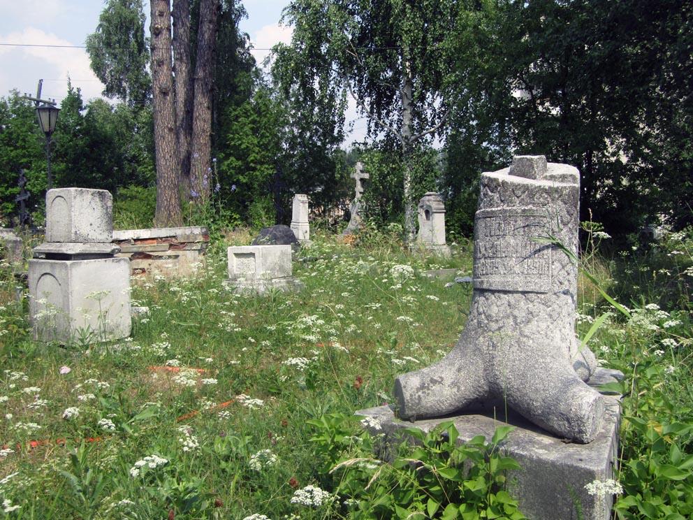 Старинные надгробья рядом с Казанским храмом в Карпинске