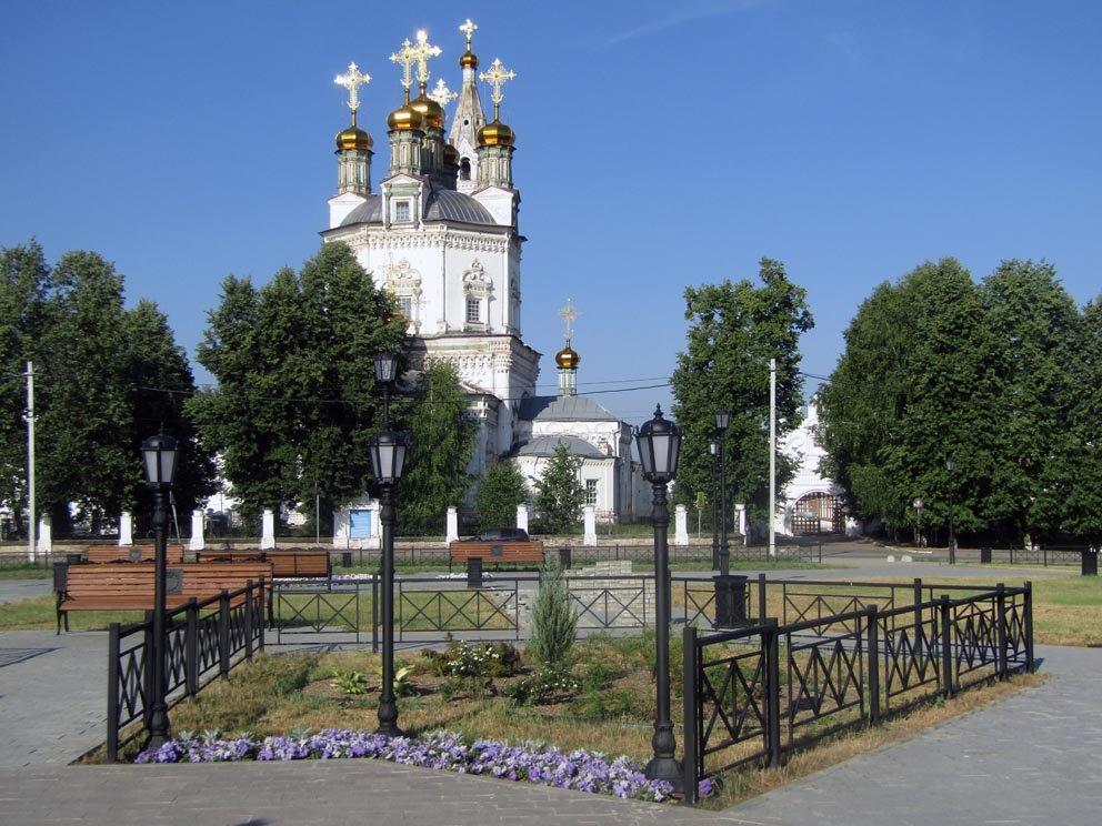 Вид с обновленной центральной площади Верхотурья на Свято-Троицкий собор