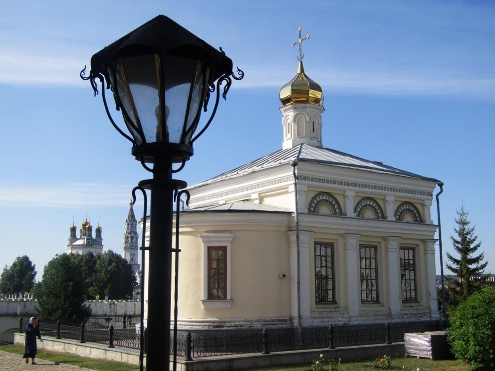 Николаевский храм Свято-Николаевского монастыря, слева - Троицкий собор
