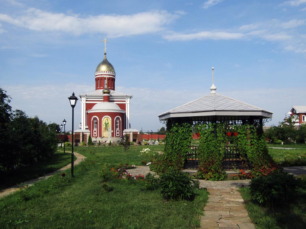 На монастырском подворье. Фото Алексея Рычкова