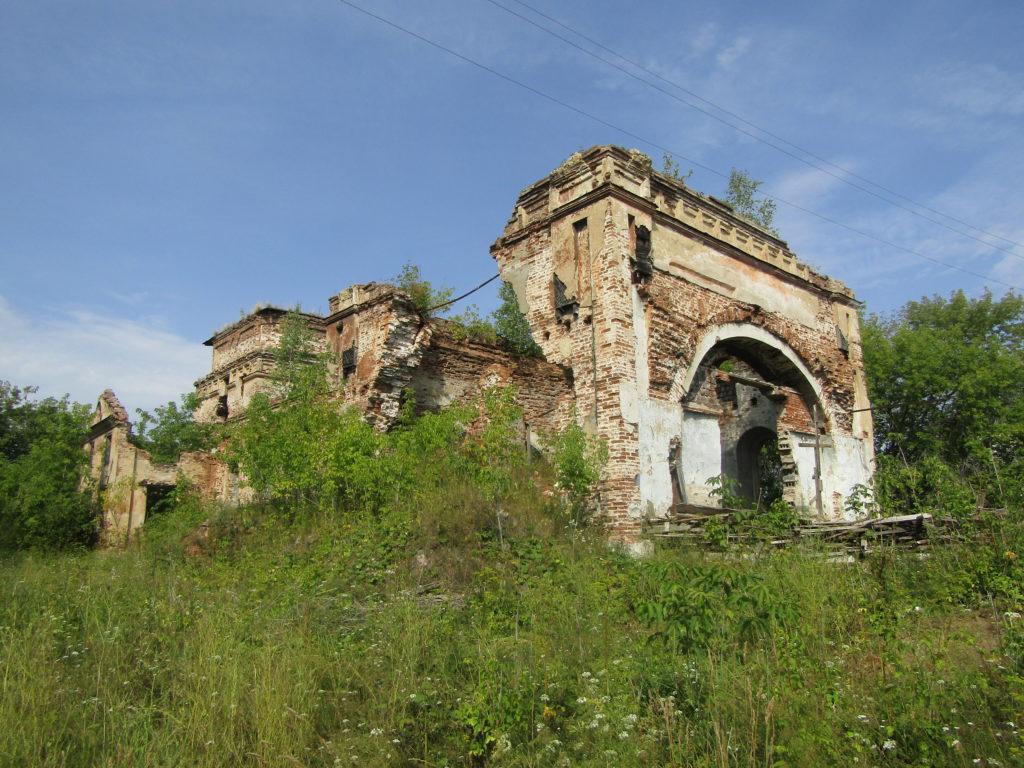 Руины старинного Успенского храма в Верхней Синячихе
