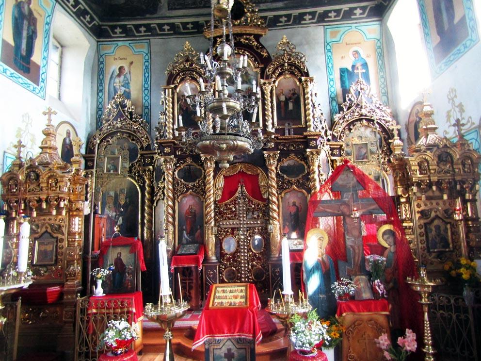 Старинный иконостас храма Параскевы Пятницы в Савино. Слева - особо почитаемая икона Параскевы Пятницы, справа - особо почитаемая икона святителя Николая Чудотворца