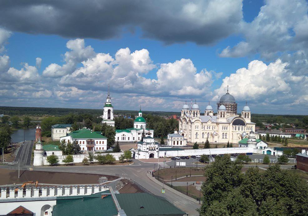 Вид с колокольни Свято-Троицкого собора на Николаевский монастырь. На колокольню может подняться любой желающий
