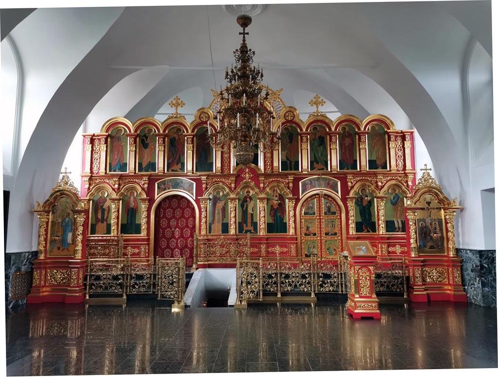 Иконостас храма Симеона Верхотурского в Меркушино. В центре - спуск на место могилы святого
