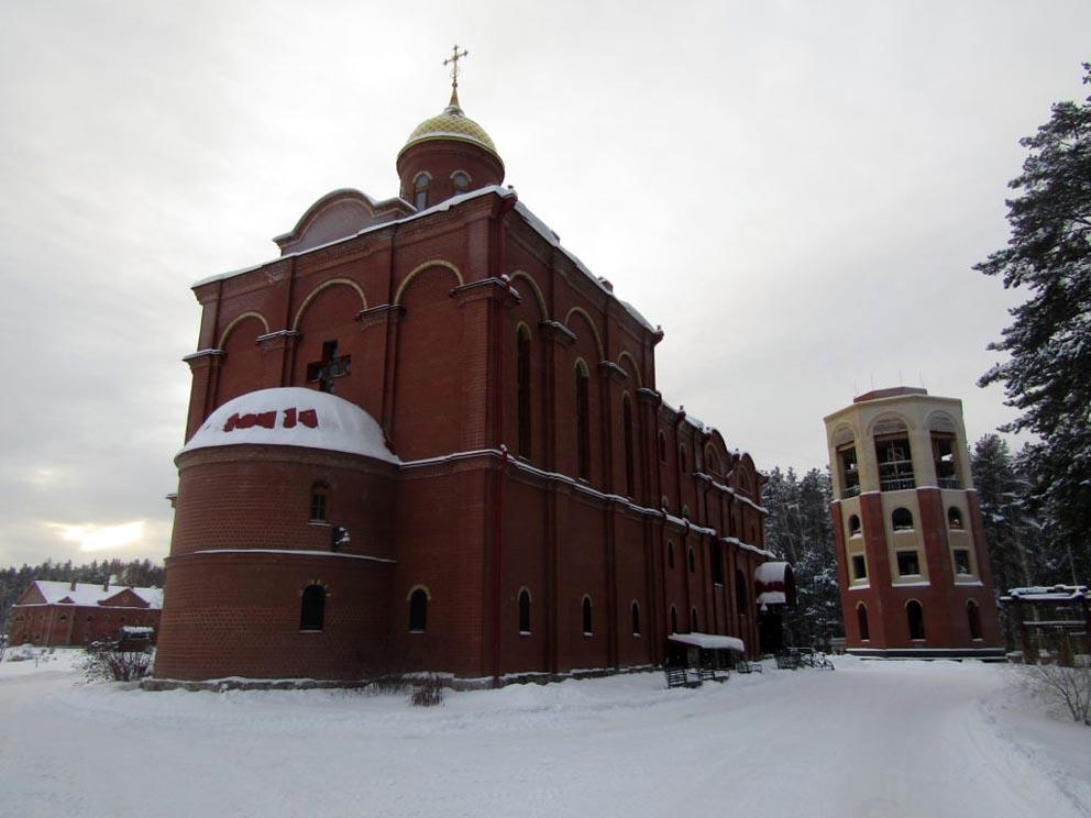Храм во имя новомучеников Российских и строящаяся звонница