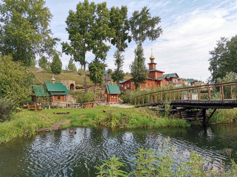 Сарсинский Боголюбский женский монастырь: у входа в обитель