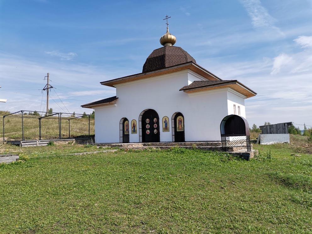 Открытый алтарь на месте старого монастырского храма на угоре