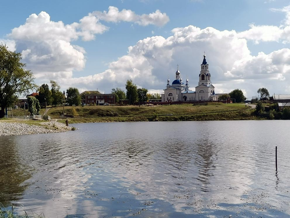 Успенский храм в Новоуткинске с противоположного берега пруда