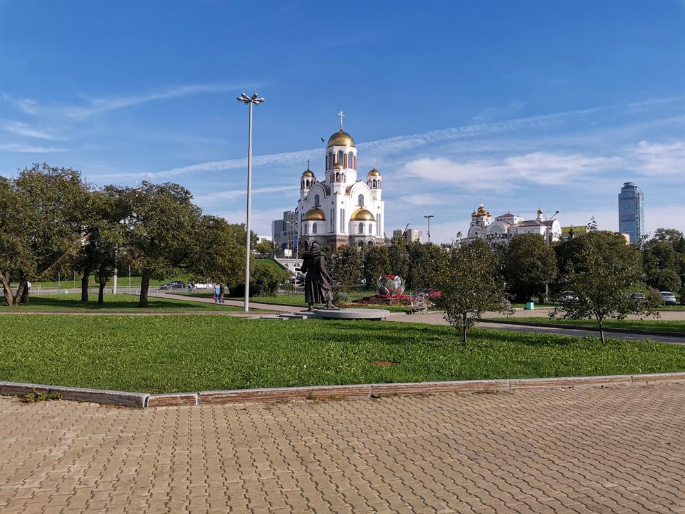 Храм на Крови в Екатеринбурге со стороны сквера за Царской улицей