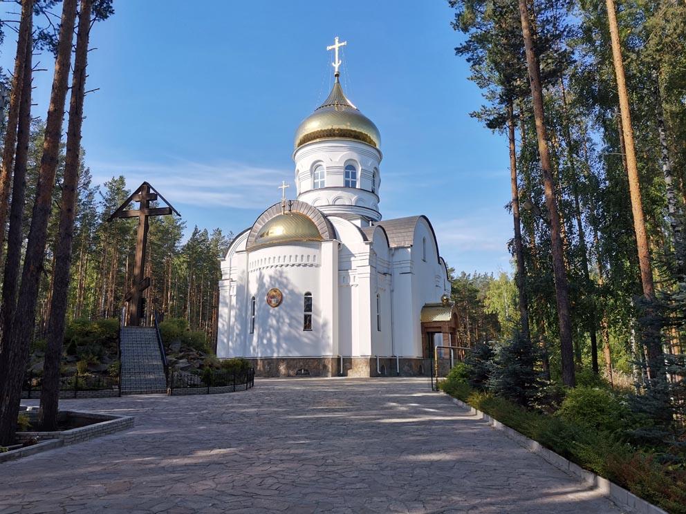Троицкий храм и Поклонный крест