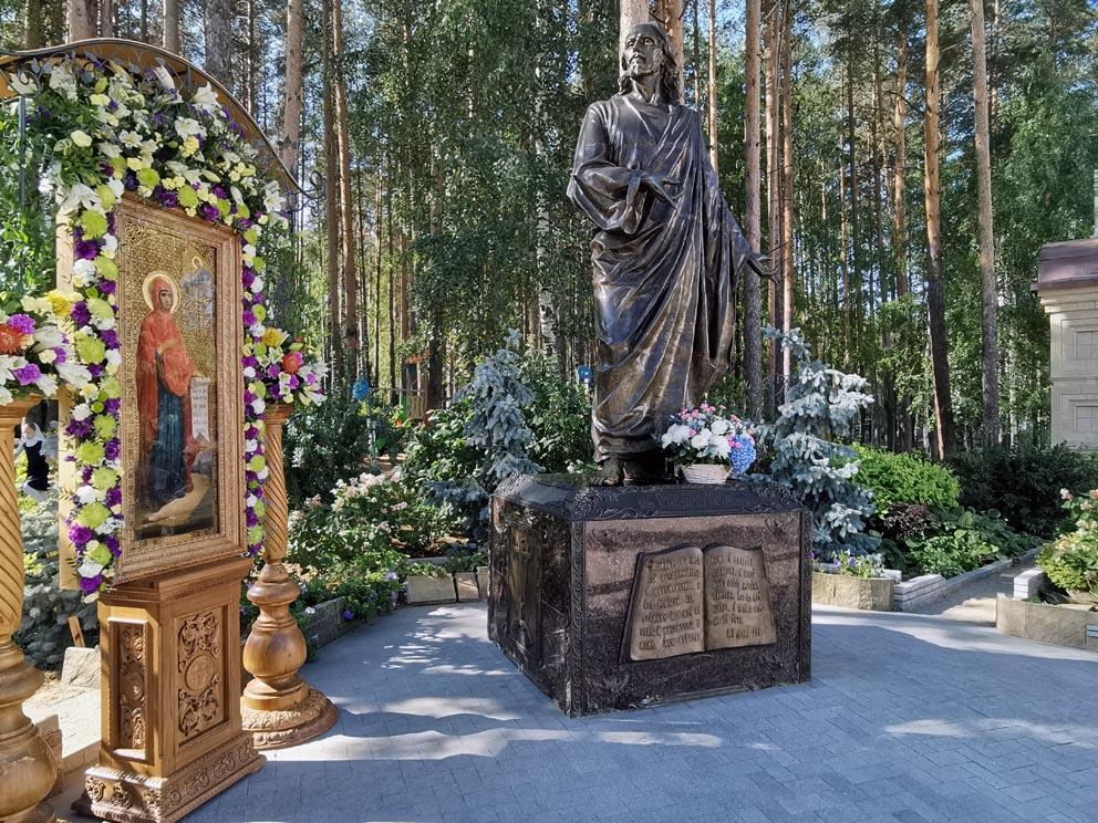 Скульптура Иисуса Христа на центральной площади Среднеуральского монастыря