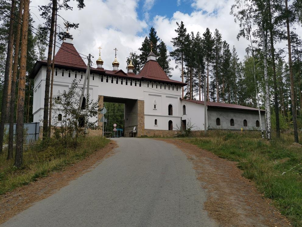 Среднеуральский женский монастырь: ворота с надвратной церковью