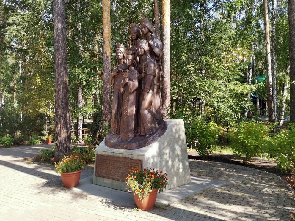 """Скульптура """"Царские дети"""" на Ганиной яме"""