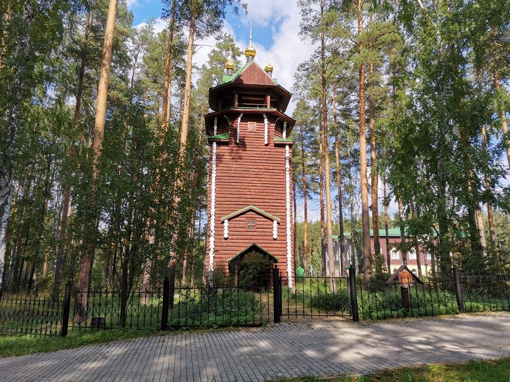 Звонница рядом с храмом Сергия Радонежского
